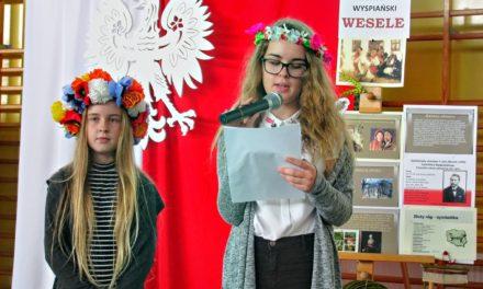"""Narodowe czytanie """"Wesela"""" S. Wyspiańskiego w gminie Suchy Dąb"""
