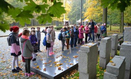 Szkolna wycieczka na Westerplatte uczniów klas 4