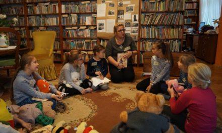 """,,Najwierniejsi przyjaciele. Niezwykłe psie historie"""" w bibliotece."""