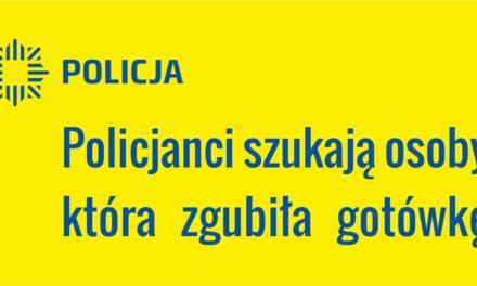PRUSZCZ GDAŃSKI – POLICJANCI POSZUKUJĄ OSOBY, KTÓRA ZGUBIŁA GOTÓWKĘ NA PARKINGU PRZED KOMENDĄ