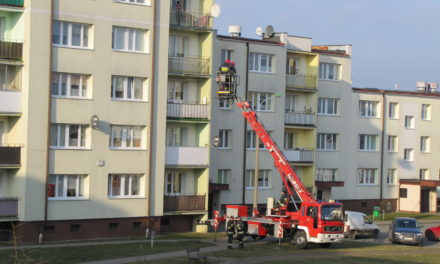Wnuczka zamknęła babcie na balkonie.