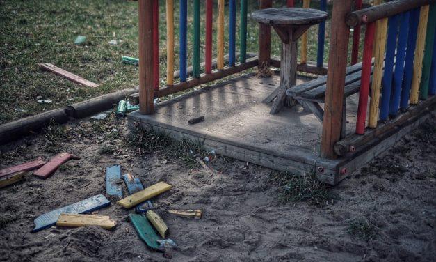 Plac zabaw na Bogusławskiego nadal straszy.