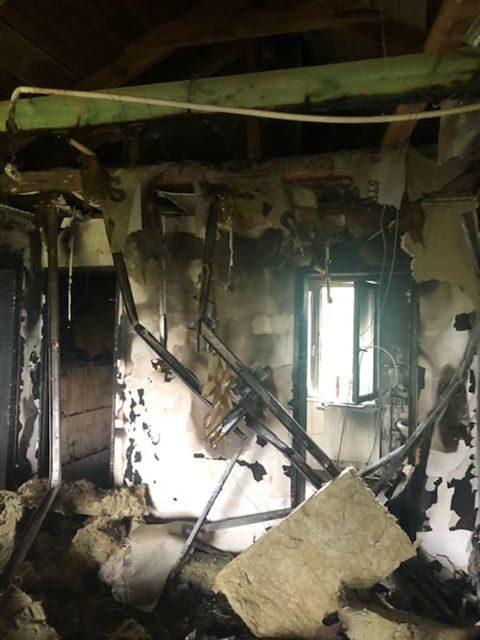 Pożar domu w Różynach. Pięcioosobowa rodzina bez dachu nad głową.