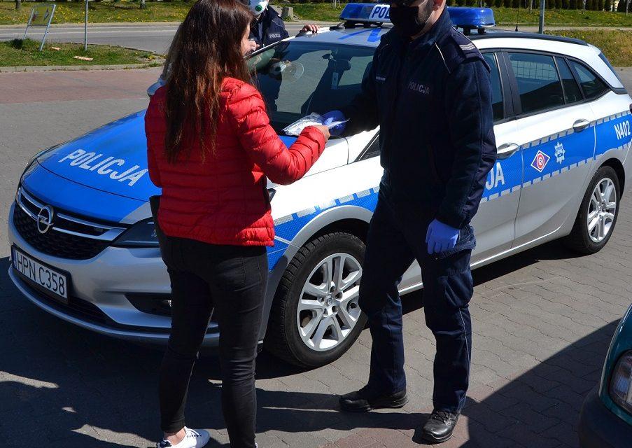 Policjanci rozdają maseczki mieszkańcom powiatu gdańskiego