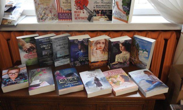 Seniorzy i nie tylko – Książki z serii Duże Litery w naszej bibliotece.