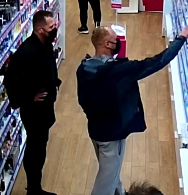 Policja szuka sprawców kradzieży perfum